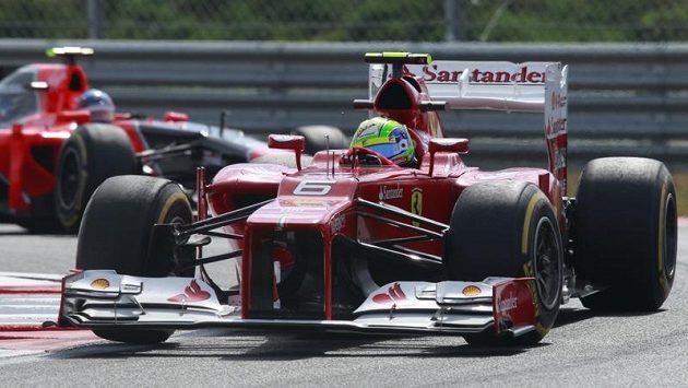 Felipe Massa s vozem Ferrari na okruhu v korejském Jongamu.