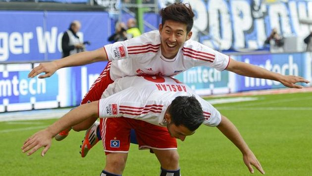 Hamburský Heung Min Son (nahoře) slaví na zádech Tolgaye Arslana své trefy proti Dortmundu.