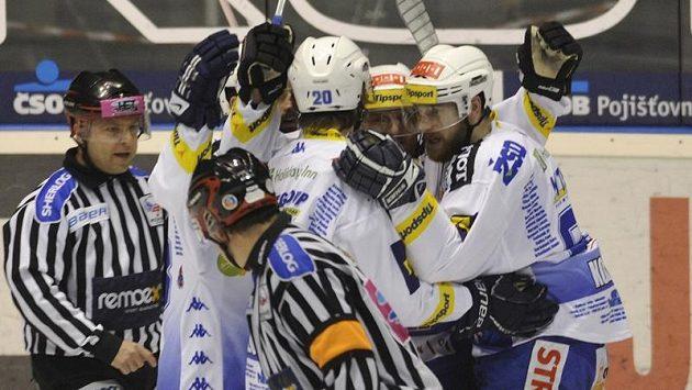 Hokejisté Brna se radují v Pardubicích z gólu ve druhém finálovém zápase.