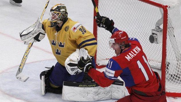Rus Jevgenij Malkin (vpravo) se raduje z branky do švédské sítě.