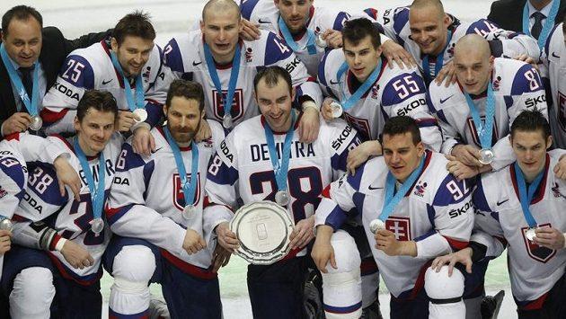Slovenští hokejisté se stříbrnými medailemi.