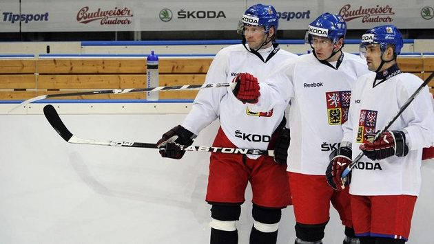 Petr Tenkrát (zleva), Jiří Tlustý a Tomáš Plekanec na tréninku hokejové reprezentace.