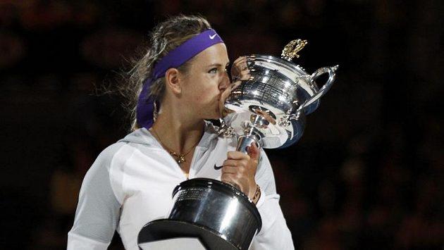 Viktoria Azarenková líbá pohár pro vítězku Australian Open.