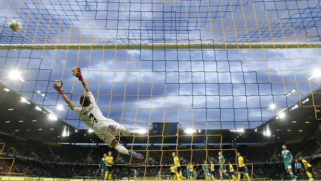 Brankář BSC Young Boys Marco Wölfli se natahuje po střele při utkání 2. předkola Evropské ligy proti Zimbru Kišiněv.