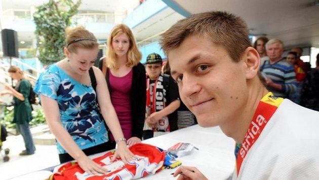 Pardubický hokejista Lukáš Radil se podepisuje fanynkám.