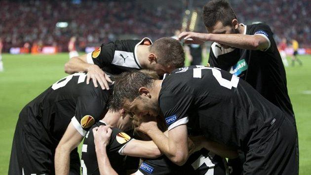 Plzeňští fotbalisté oslavují gól v prvním utkání proti Hapoelu Tel Aviv. Podobnou radost by chtěli prožívat i ve čtvrtek doma.