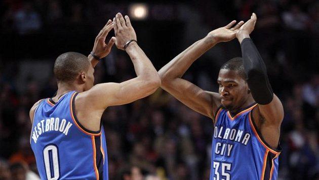 Kevin Durant (vpravo) patřil k nejlepším hráčům Oklahomy.