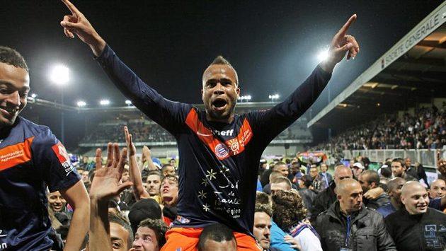 Fanoušci a fotbalisté Montpellier slaví mistroský titul.