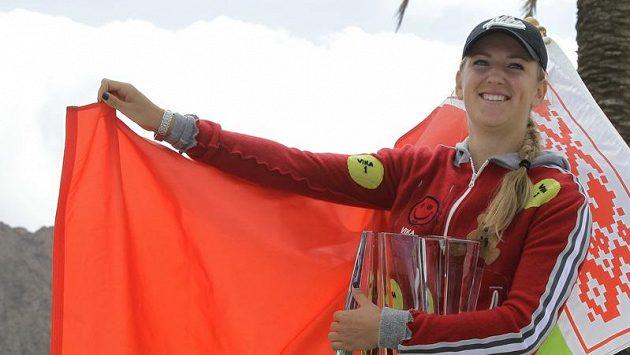 Viktoria Azarenková pózuje s trofejí pro vítězku turnaje v Indian Wellse.