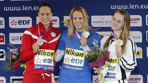 Petra Chocová (uprostřed) se zlatem ze závodu na 50 metrů.