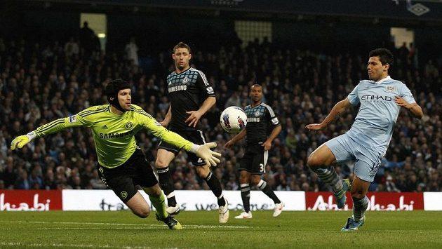 Gólman Chelsea Petr Čech řeší atak útočníka Sergia Agüera z Manchesteru City.