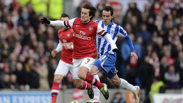 Tomáš Rosický v dresu Arsenalu padá před Lopezem z Brightonu.