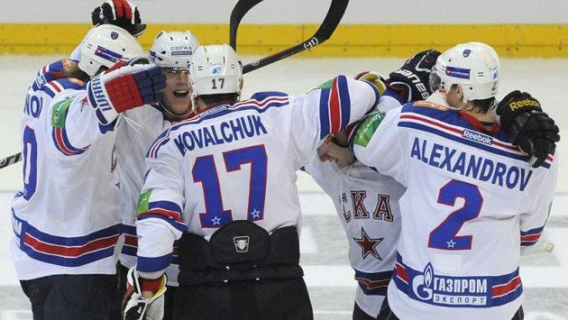 Hokejisté Petrohradu se radují ze vstřelení rozhodující branky do sítě pražského Lva. Vpravo Jurij Alexandrov, vedle něj Ilja Kovalčuk.
