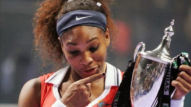 Serena Williamsová s pohárem pro vítězku Turnaje mistryň.