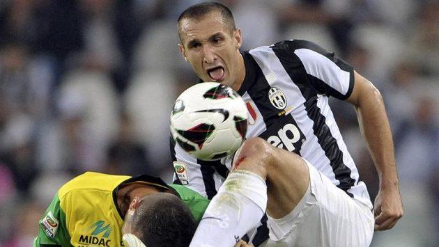 Obránce Juventusu Giorgio Chiellini (vpravo) v utkání proti Chievu Verona.