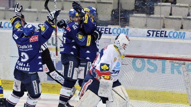 Hokejisté Vítkovic se radují z branky, kterou vstřelili pardubickému brankáři Martinu Růžičkovi.