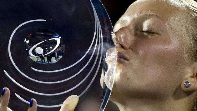 Petra Kvitová líbá pohár pro vítěze turnaje v Montrealu.