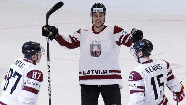 Hokejisté Lotyšska se radují z branky.