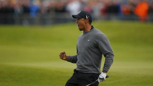 Vítězné gesto amerického golfisty Tigera Woodse