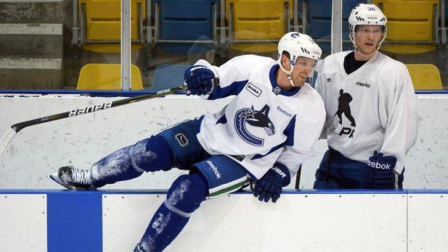 Hokejisté Henrik Sedin (vlevo) a Jannik Hansen se chystají na začátek NHL.