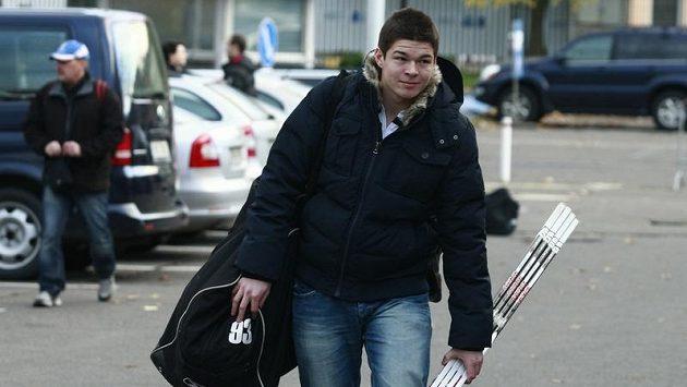 Hokejista Tomáš Hertl jde na trénink hokejové reprezentace