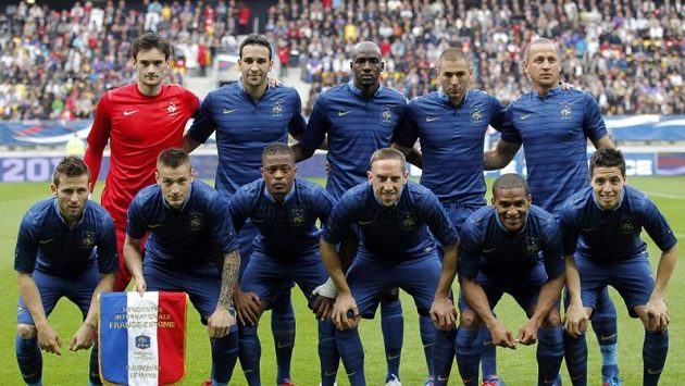 Francouzský tým pro EURO 2012 (vzadu zleva) Hugo Lloris, Adil Rami, Alou Diarra, Karim Benzema, Philippe Mexes, (vpředu zleva) Yohan Cabaye, Mathieu Debuchy, Patrice Evra, Franck Ribery, Florent Malouda and Samir Nasri.