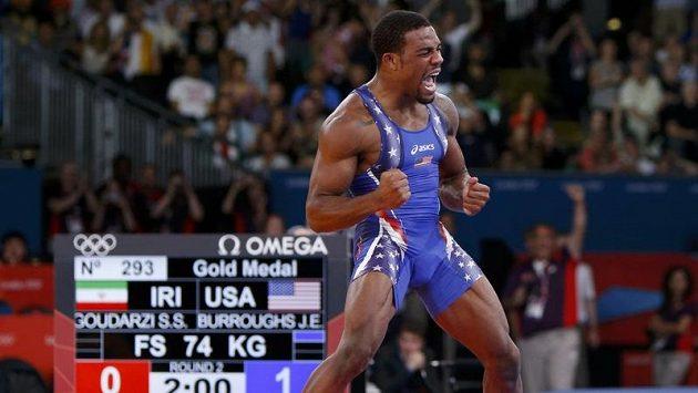 Americký zápasník Jordan Ernest Burroughs se raduje ze zlaté olympijské medaile.