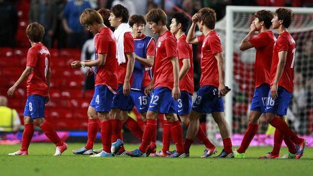 Zklamaní Korejští fotbalisté po semifinálové porážce od Brazílie.