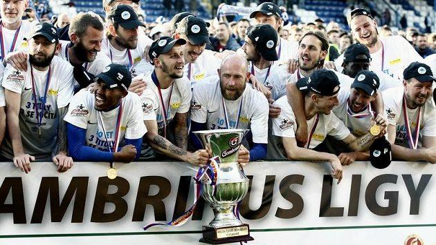 Fotbalisté Liberce se radují z mistrovského poháru.