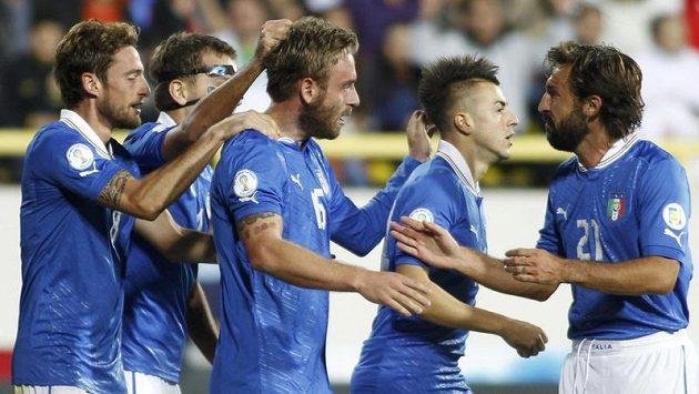 Italští fotbalisté se radují z branky do sítě Arménie.