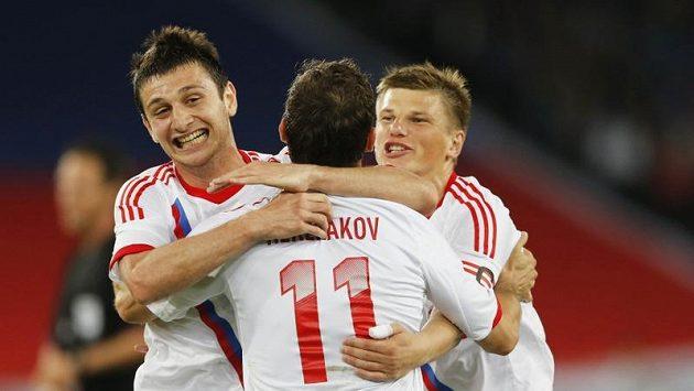 Ruští fotbalisté se radují z jedné ze tří branek do italské sítě v přípravném duelu.