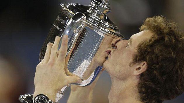Andy Murray líbá pohár pro vítěze US Open.