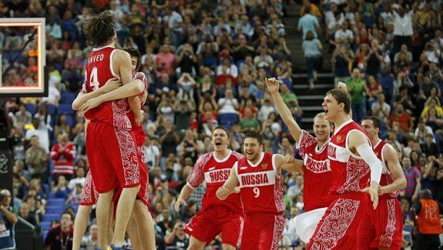 Ruští basketbalisté se radují ze zisku bronzových olympijských medailí.