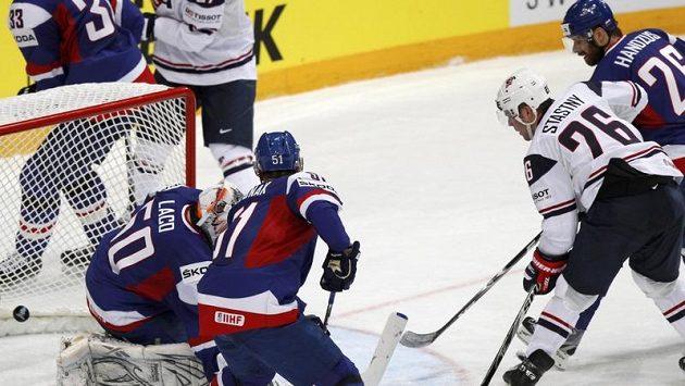 Paul Stastny z USA skóruje proti Slovákům. Marně ho bránil Michal Handzuš.