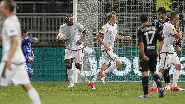 Sparťan Ladislav krejčí (uprostřed) se raduje z gólu proti Lyonu.