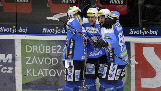 Hokejisté Plzně se radují z branky do zlínské sítě.