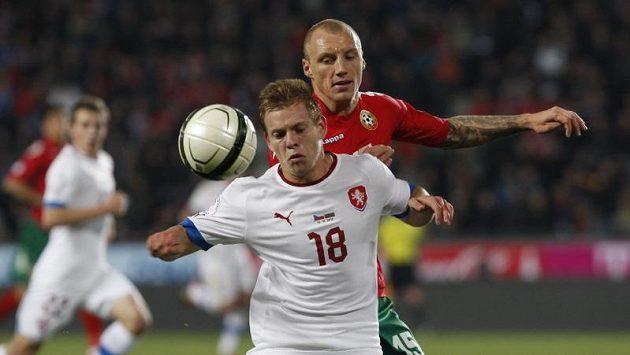 Matěj Vydra si kryje míč před Bulharem Ivanem Ivanovem.