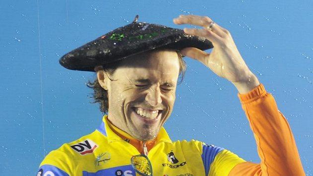 Španělský cyklista Samuel Sanchez se raduje z vítězství v závodě Kolem Baskicka.