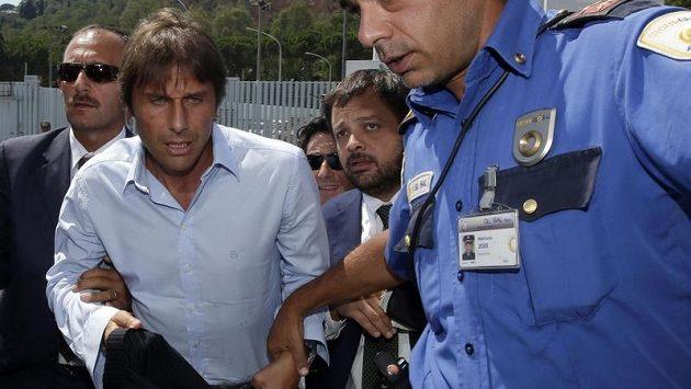 Trenér Juventusu Antonio Conte přichází k soudu.