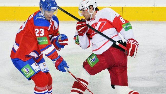 Luboš Bartečko z HC Lev (vlevo) a Jakub Nakládal ze Spartaku (vpravo).
