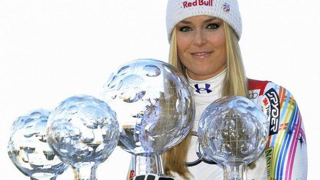 Americká lyžařka Lindsey Vonnová s křišťálovými glóby za vítězství ve Světovém poháru v super-G, kombinaci, sjezdu a celkovém vítězství SP.