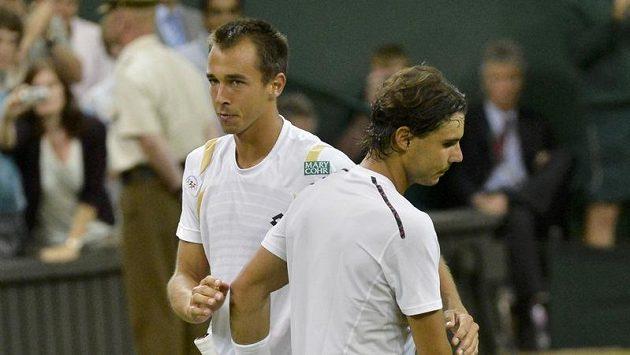 Lukáš Rosol (vlevo) si podává ruku nad sítí se Španělem Rafaelem Nadalem.