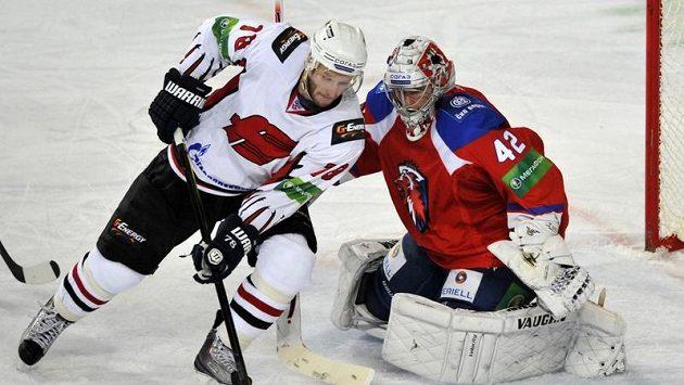 Andrej Ivanov z Omsku se snaží překonat brankáře Lva Praha Tomáše Pöpperleho.
