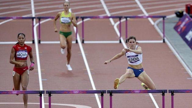 Zuzana Hejnová (vpravo) letí na prvním místě do cíle rozběhu závodu na 400 metrů překážek.