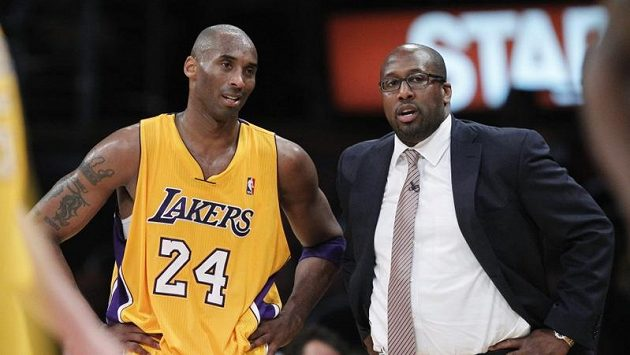 Odvolaný trenér Los Angeles Lakers Mike Brown a basketbalista Kobe Bryant