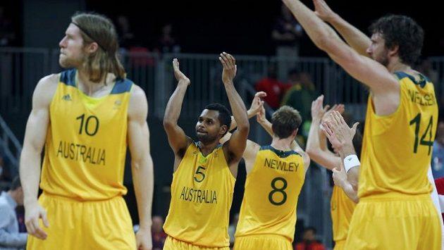 Australští basketbalisté se radují z výhry nad Ruskem.