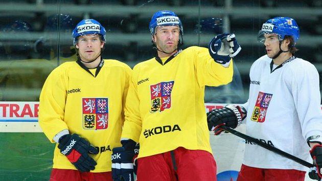 Petr Průcha (vlevo), Petr Nedvěd (uprostřed) a Michael Frolík na tréninku hokejové reprezentace.
