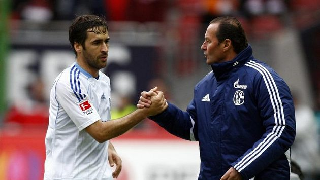 Útočník Schalke Raúl (vlevo) si plácá s koučem Hubem Stevensem.