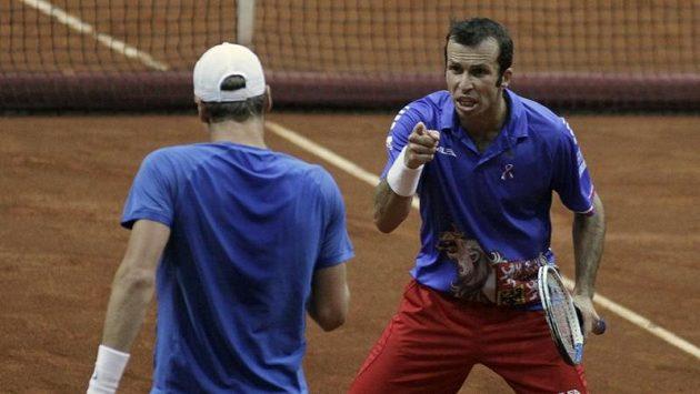 Český deblový pár Radek Štěpánek (vpravo) a Tomáš Berdych během čtvrtfinále Davis Cupu proti Srbsku
