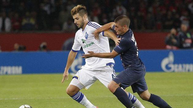 Záložník Dynama Kyjev Miguel Veloso (vlevo) v utkání Ligy mistrů s Paris St. Germain.